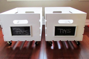 Easy chalkboard labels on a wood crate! Tutorial by Mommy Mentionables