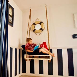 Hanging pallet seat
