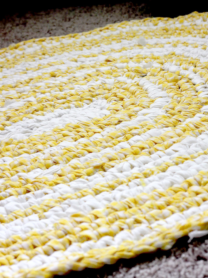 DIY rag rug tutorial - SO EASY!