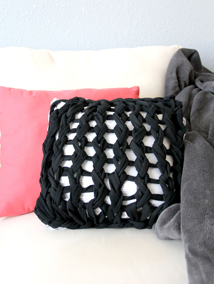 Arm knitted pillow tutorial